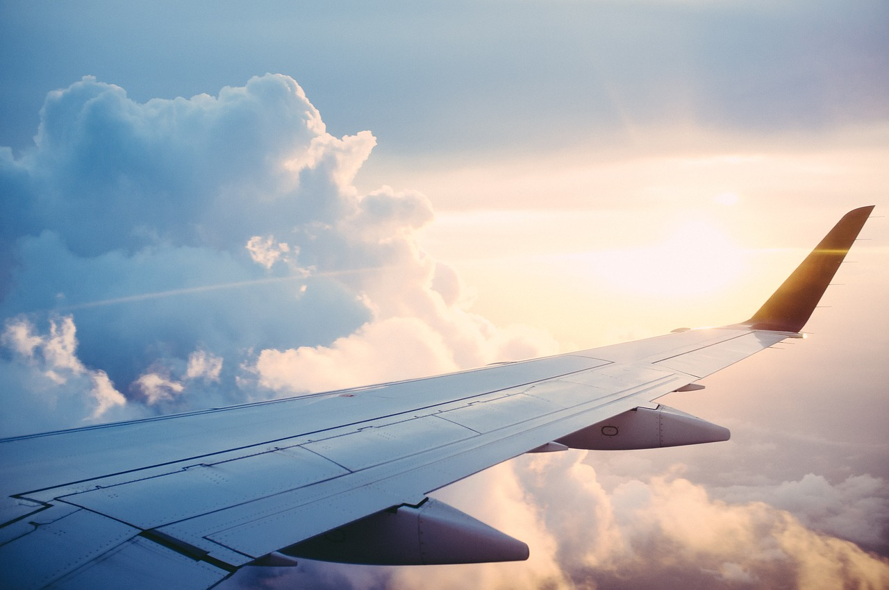 כנף מטוס בעננים